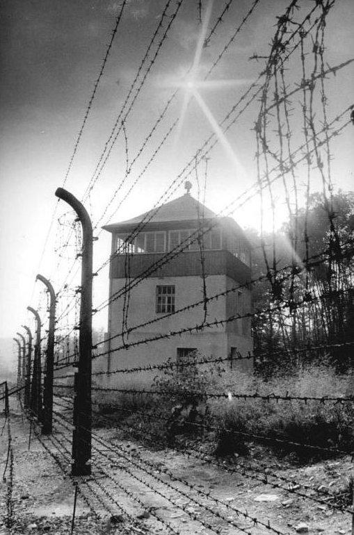 Bundesarchiv_Bild_183-1983-0825-303,_Gedenkstätte_Buchenwald,_Wachturm,_Stacheldrahtzaun